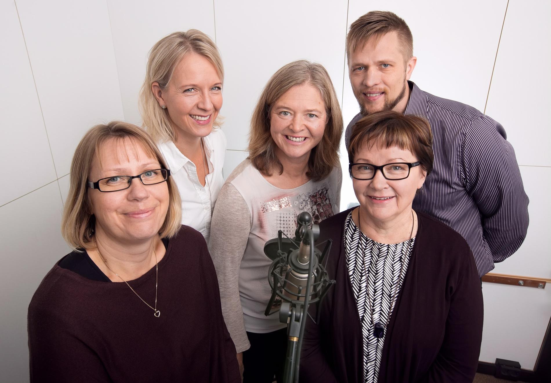 Kehitämme palveluja myös kotihoitoon ja omaisviestintään. Kuvassa tiimistämme Mira Rodas, Ira Stening, Anna Merjamaa, Kari Mikkonen ja Eija Lämsä.